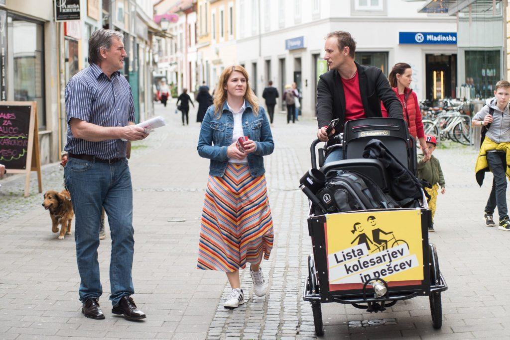 Urša Zgojznik in Josip Rotar na mariborskih ulicah v pogovoru z mimoidočimi.
