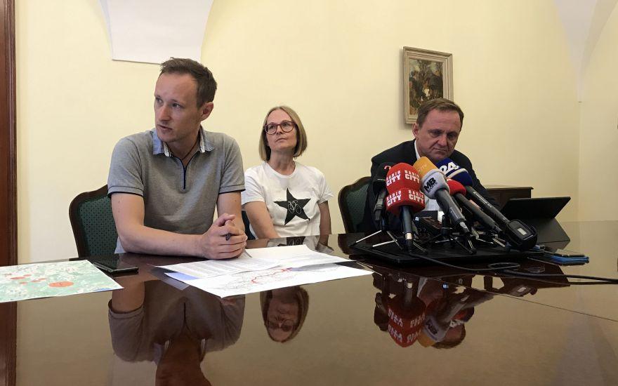 Josip Rotar, Mateja Ratej in Samo Peter Medved med predstavitvijo pobude za hitro železnico.