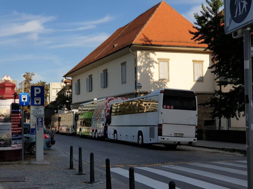 Parkiranje turističnih avtobusov za mariborskim gradom ovira normalen potek prometa na Gregorčičevi ulici.