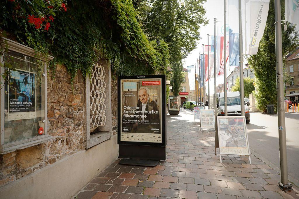 Oglaševanje v starem mestnem jedru Ljubljane presega vse meje normalnega okusa.