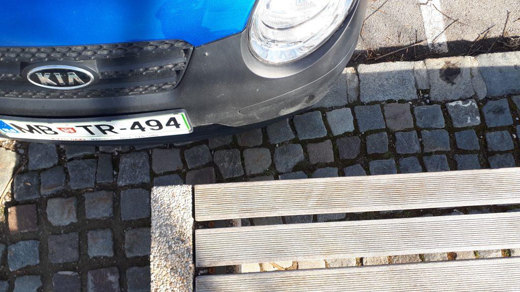 Primer 1: Parkiranje čez pločnik onemogoča uporabo klopi.