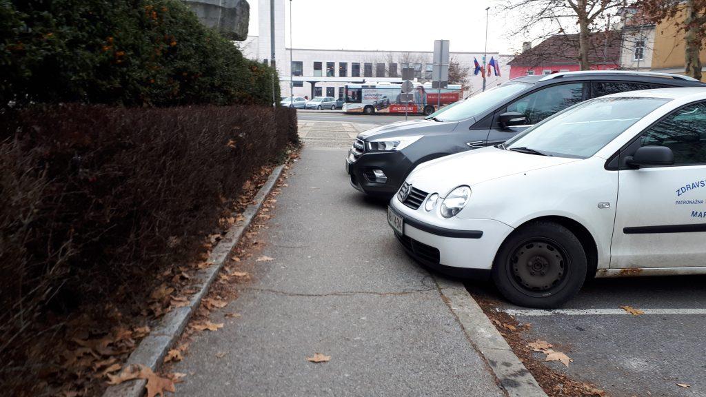 Primer 2: Parkiranje čez pločnik onemogoča normalno hojo in prehod za invalide, vozičke...