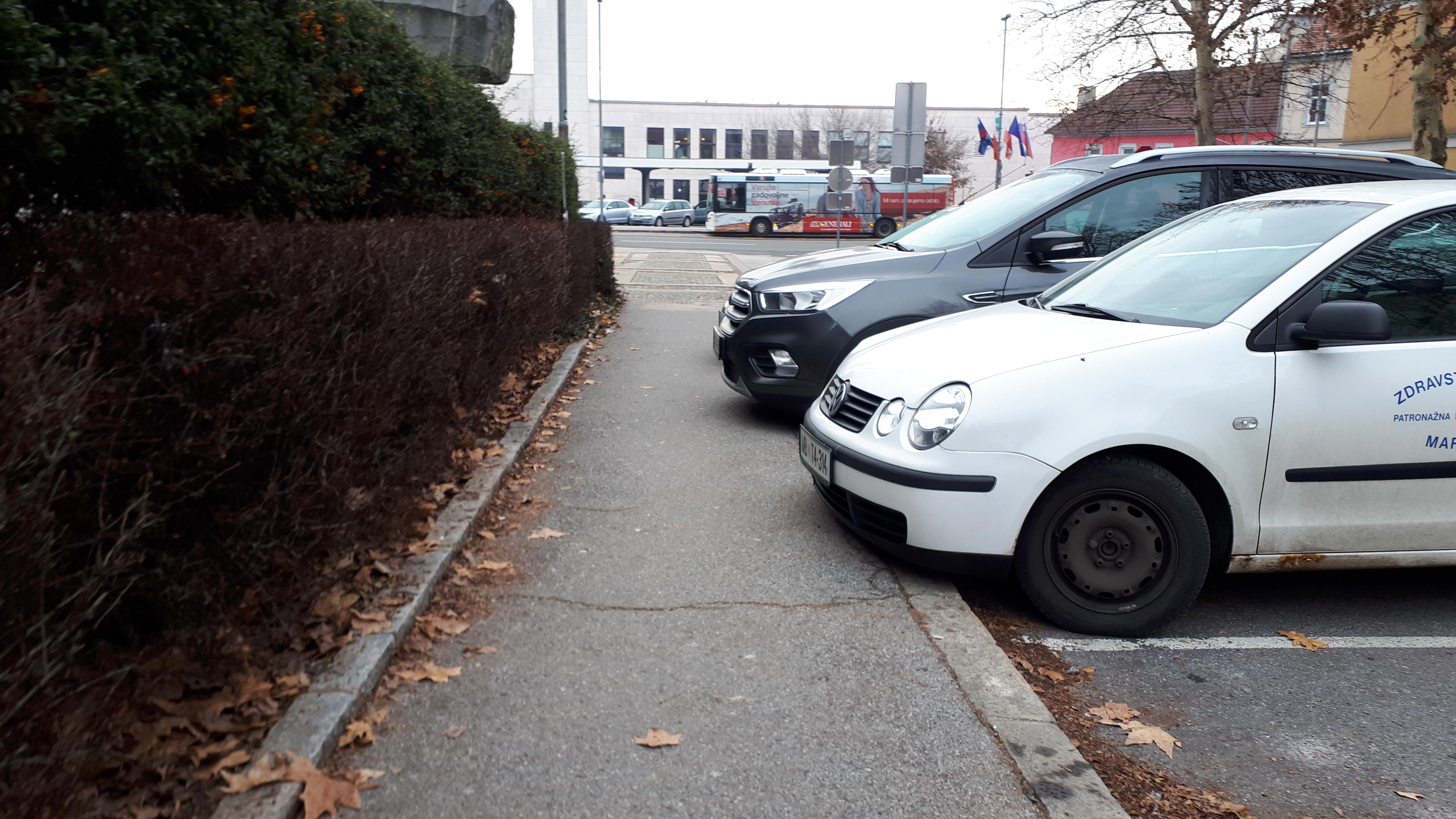 Kako parkirani avtomobili posegajo v območje pločnikov?